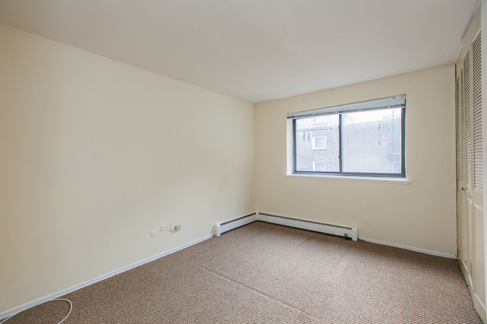 421 West Barry, Chicago, IL - 1,395 USD/ month
