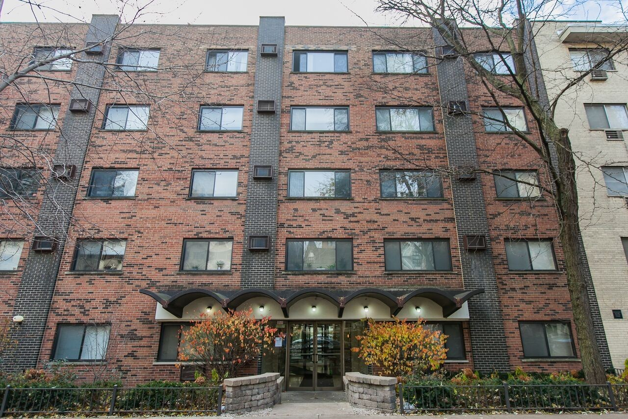 431 West Barry, Chicago, IL - 995 USD/ month