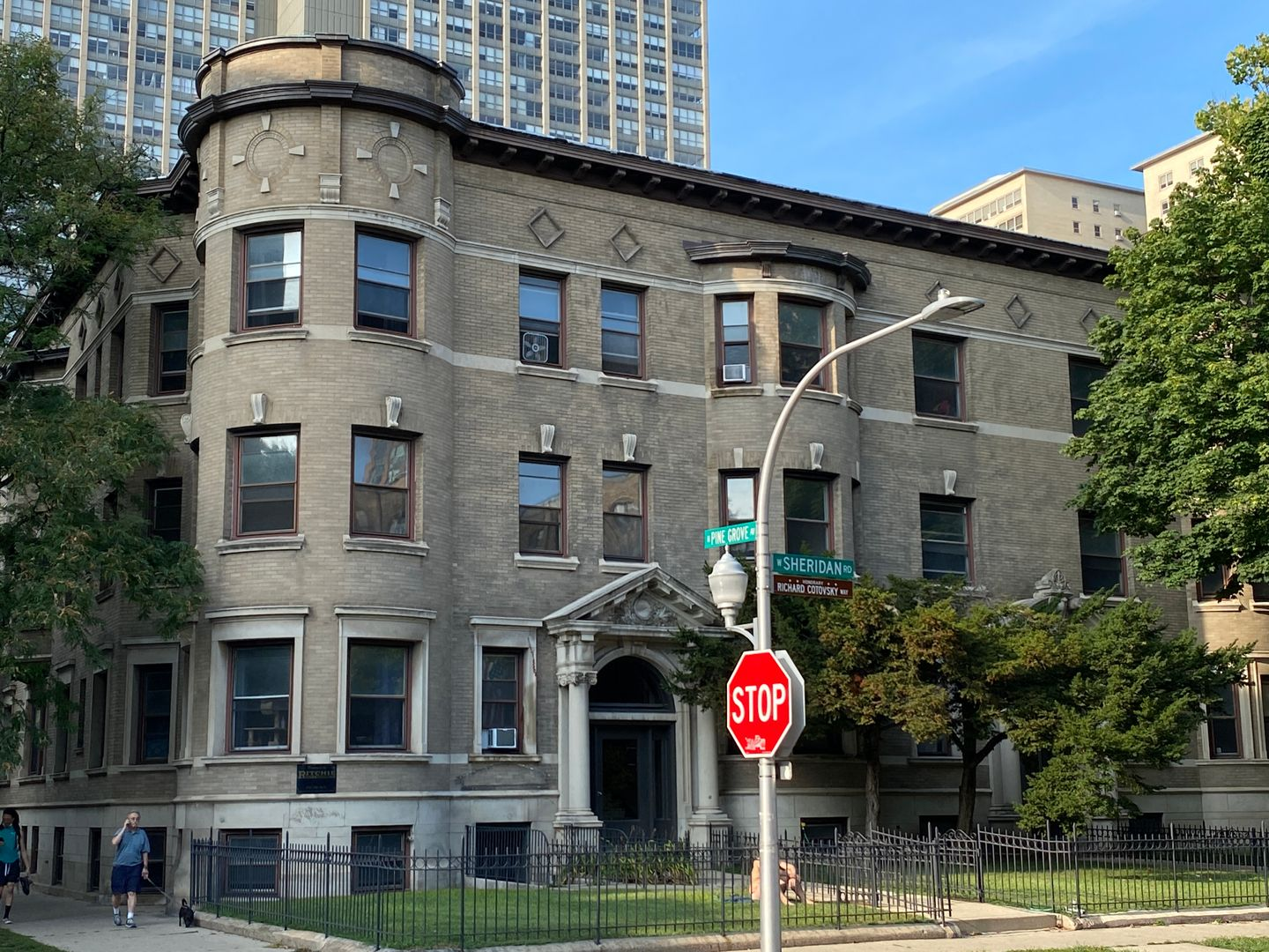 670 West Sheridan Rd., Chicago, IL - 2,125 USD/ month